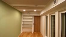 天井は吸音天井で仕上げています。 アクセントクロスで爽やかな印象に仕上がっています。