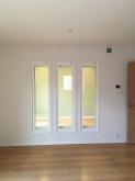 リビング側の壁にFIX窓でスリットをいれ、中の様子が確認できるようにしています。