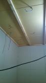 防音室側の天井と壁をつくっています。