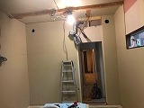 躯体の壁と天井の遮音補強をしています。