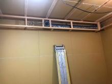 天井に梁型で給排気ダクトボックスをつくっています。 防音室は気密性の高いお部屋ですので給排気は必須です。