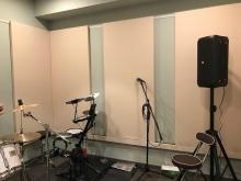 壁と天井に吸音パネルを設置しています。 響きの少ない音響に仕上げています。