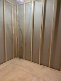 コンクリートが乾き、躯体の遮音補強を行た後に下地を組んで内側にもう一つお部屋をつくっていきます。