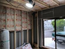 躯体に触れないように下地を組んでいます。内側にもう一つお部屋をつくっていきます。開口部は埋めて窓のないお部屋に仕上げます。