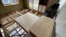 2階防音室の構造床をつくっています。