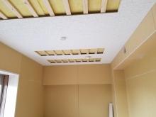 壁と天井の遮音補強後に天井を吸音天井に仕上げていきます。