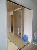 既設の収納を取壊し出入口を移動させます。