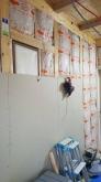 既設の窓には結露防止パネルをはめ込み壁にしていきます。
