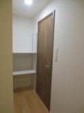 既設押入を反転させて廊下側の収納棚を設けました。出入口には木製防音ドアを2重で設置しています。