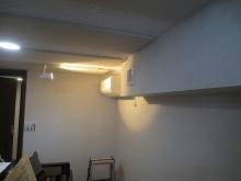 天井は吸音天井に仕上げています。 梁型で給排気ダクトボックスを設けています。