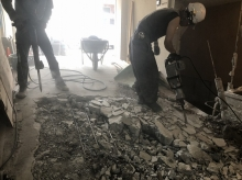 工事が始まりました。 コンクリートの斫り工事です。
