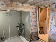 躯体の遮音補強後に浮き床に柱を立てて、内側にもう一つお部屋をつくっていきます。