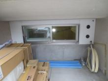 車庫側には樹脂サッシの腰窓を設けています。