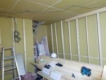 躯体に触れないよう柱を立てて内側にもう一つお部屋をつくっていきます。 防音室の特徴である2重構造です。