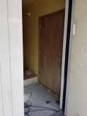 出入口には木製の防音ドアを2重で設置しています。