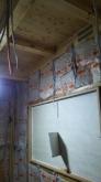 躯体の遮音補強をしています。 既設の窓は埋めて壁にしてしまいます。