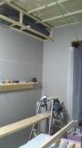 遮音補強が完了し、第2遮音壁が出来上がりました。 天井に梁型で給排気ダクトボックスをつくっています。