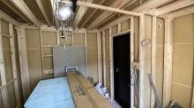 浮き床の上に柱を立てています。 内側に宙に浮いたお部屋をつくっていきます。