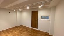 入口は木製防音ドアを2重で設置しています。