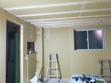 浮き床を施工し、内側にもう一つお部屋をつくっていきます。 防音室の特徴である2重構造をつくっています。