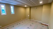 天井を吸音天井に仕上げました。 音の響きを調節して長時間の演奏でも疲れにくい音響空間に仕上げます。