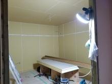 弊社の木工事が始まりました。 浮き床を組み、躯体壁の遮音補強をします。