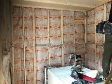 躯体の遮音補強後、内側に躯体に触れないよう柱を立てて防音室側の壁と天井をつくっていきます。