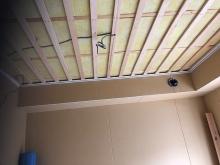 天井に梁型で給排気ダクトボックスをつくりました。 天井は吸音天井に仕上げていきます。