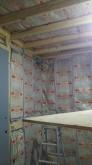 空気層には断熱材を詰め、防音室の2重構造をつくっていきます。
