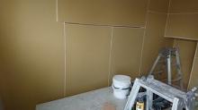 躯体の遮音補強をしています。 腰窓は埋めて壁にしてしまします。