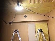 天井に梁型で給排気ダクトボックスをつくりました。防音室は気密性の高いお部屋に仕上がるので給排気は必須です。