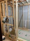 間仕切り壁をつくっています。 浮き床を施工し、内側に躯体に触れないお部屋をつくっていきます。