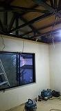 解体作業をしています。 天井高をできる限り確保します。