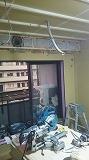天井に梁型で給排気ダクトボックスをつくっています。