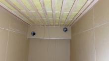 防音室の壁と天井の遮音工事が終わりました。 天井に梁型で給排気ダクトボックスをつくりました。