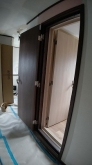 出入口には木製防音ドアを2重で設置しています。基本弊社では出入口や窓などには建具を2重で設置します。 遮音性能を確保する為です。