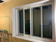腰窓の内側に樹脂サッシを2重で設置しています。