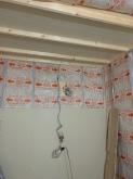 石膏ボードを張り重ねて壁と天井をつくっています。