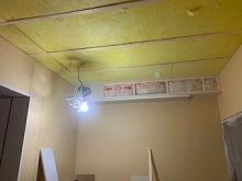 天井を吸音天井に仕上げていきます。 給排気ダクトボックスも作っています。