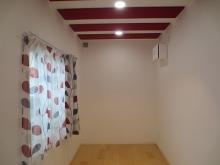 天井には吸音パネルを設置して、まるでホールで演奏しているような長時間の練習にも疲れにくい音響に仕上げています。