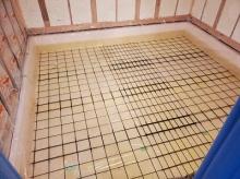 浮き床コンクリートの下地を組みました。