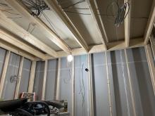内側に躯体に触れないよう柱を立てていきます。防音室の2重構造をつくっていきます。