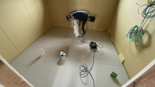 木工事着工です。 浮き床を組んでいます。
