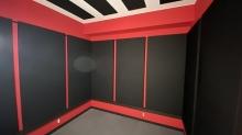 完成です。 天井と壁に弊社オリジナルの吸音パネルを設置してデットな空間に仕上げています。