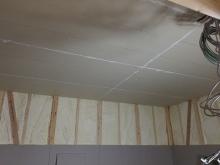 躯体の遮音補強です。 壁、天井に石膏ボードを張り重ねていきます。