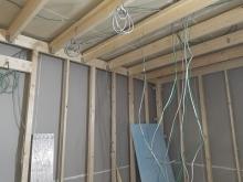躯体にふれないよう下地を組んで、浮き構造のお部屋を中につくっていきます。