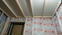 防音室側の天井と壁をつくっています。 躯体に触れない浮き構造のお部屋です。