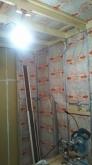 断熱材を空気層に詰めています。 浮き構造のお部屋を内側につくっていきます。
