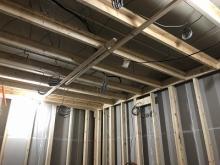 内側に躯体に触れないよう柱を立てています。 防音室側の壁と天井をつくっていきます。 防音室の特徴である2重構造をつくっていきます。