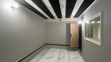 木工事完了です。 クロス施工後に壁に吸音パネルを設置します。天井も吸音天井に仕上げているのでデットな音響空間に仕上がります。